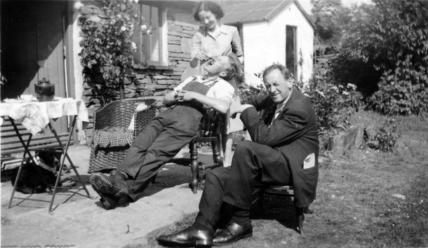 Kurt Schwitters outside the Shippon (Summer 1947), with Edith Thomas and Bill Pierce jnr. in the background.